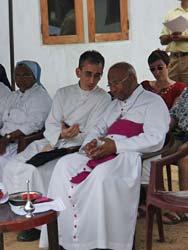 Padre Couture con l'arcivescovo di Colombo