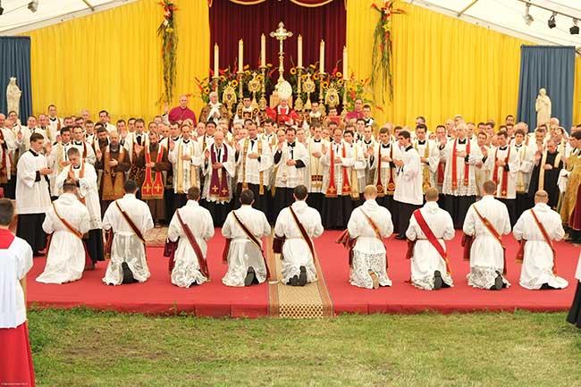 panoramica dell'ordinazine, vescovi e sacerdoti in presbiterio