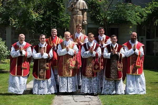 i sette novelli sacerdoti della fraternità e i due dei capuccini